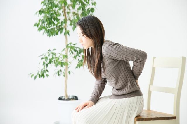 筋筋膜性腰痛の女性